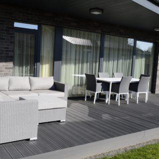 Erdvi terasa prie namo