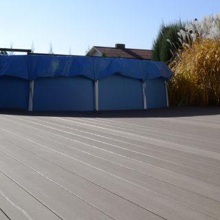 Nedidelė terasa prie baseino